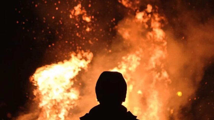 Pożar i postać stojąca przed