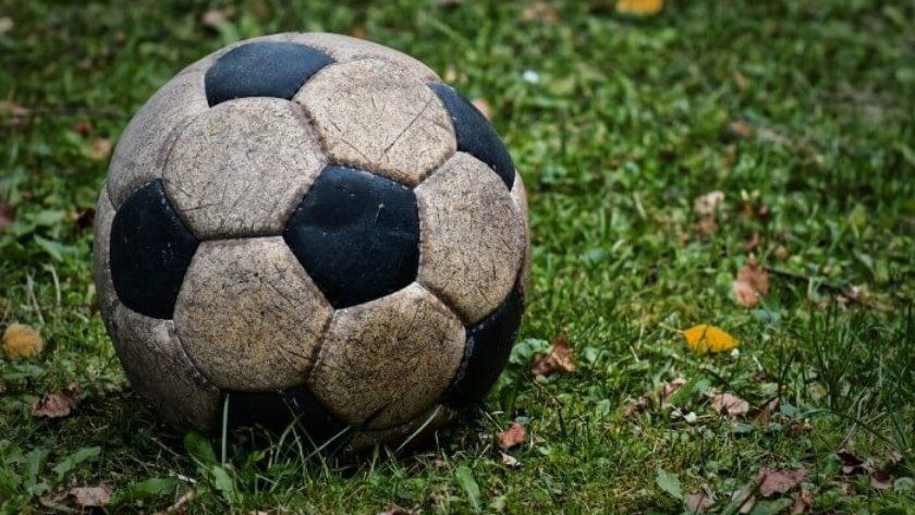 stara piłka nożna na trawie