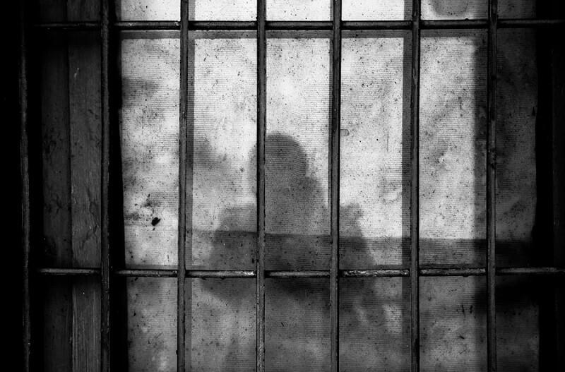 więzienie cień za kratami